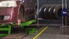 Carro na rampa de troca de pneus